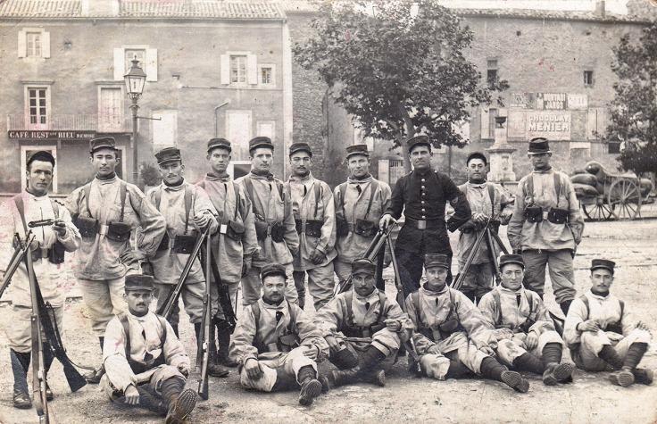 Anselme (debout, 5ème depuis la gauche) en tenue d'exercices, vers 1912 © Collection privée